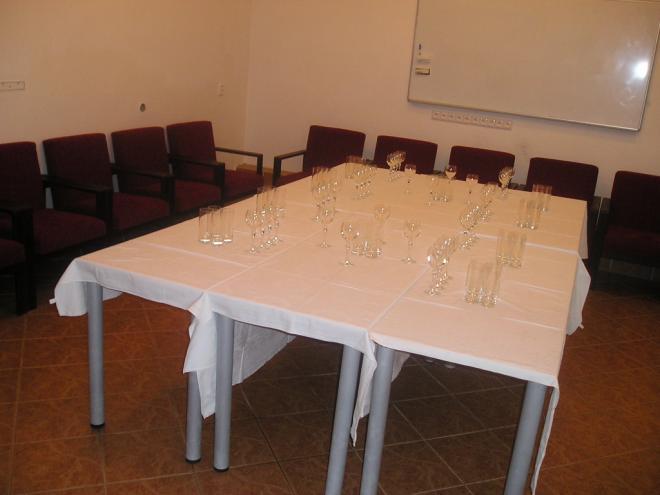 stoly s čistým sklom