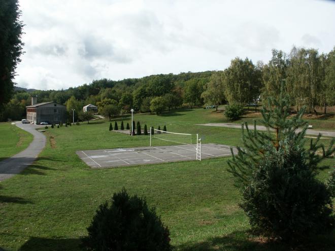 asfaltový volejbal hneď pri pôvodnom tenisovom kurte